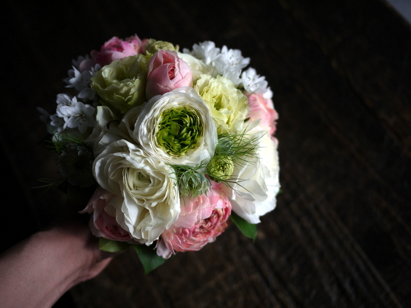 ブライダルブーケ。「白~ピンク」。ローズガーデンクライスト教会にお届け。2019/03/17。_b0171193_23552805.jpg