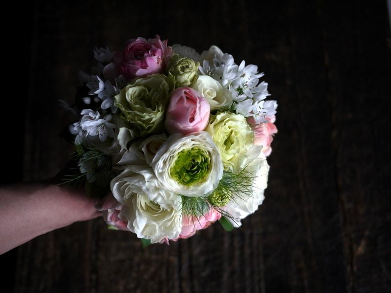 ブライダルブーケ。「白~ピンク」。ローズガーデンクライスト教会にお届け。2019/03/17。_b0171193_23555356.jpg