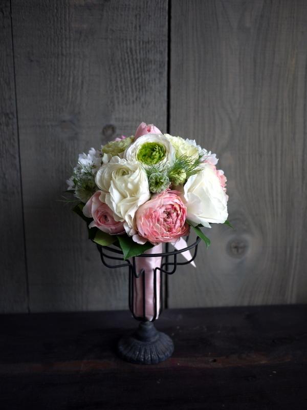 ブライダルブーケ。「白~ピンク」。ローズガーデンクライスト教会にお届け。2019/03/17。_b0171193_23560262.jpg