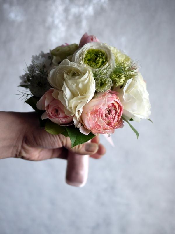 ブライダルブーケ。「白~ピンク」。ローズガーデンクライスト教会にお届け。2019/03/17。_b0171193_23560550.jpg