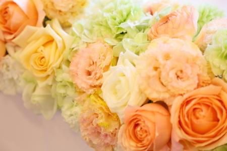 春の装花 如水会館さまへ、アプリコットオレンジと白のバラで_a0042928_15260928.jpg