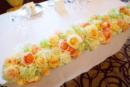 春の装花 如水会館さまへ、アプリコットオレンジと白のバラで_a0042928_15261085.jpg