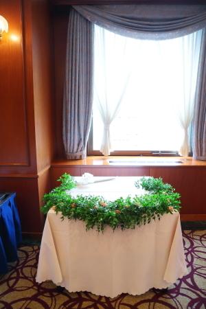 春の装花 如水会館さまへ、アプリコットオレンジと白のバラで_a0042928_15261957.jpg