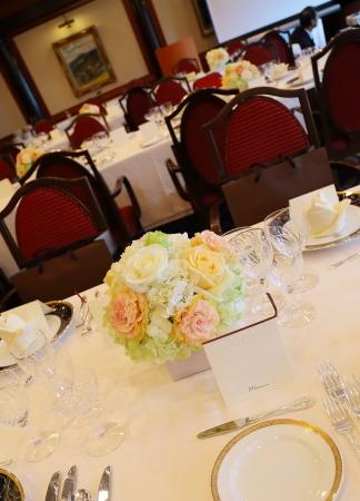 春の装花 如水会館さまへ、アプリコットオレンジと白のバラで_a0042928_15262027.jpg
