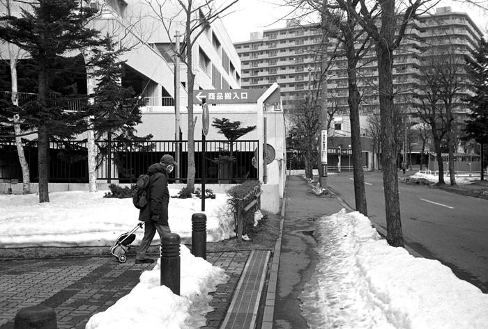 乾燥路面を行く老人と積雪深と漢辞海第四版のアプリ版_c0182775_16421249.jpg