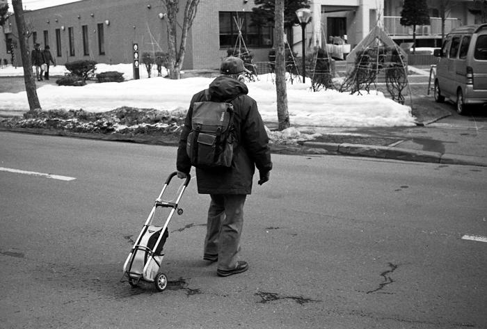 乾燥路面を行く老人と積雪深と漢辞海第四版のアプリ版_c0182775_16444175.jpg