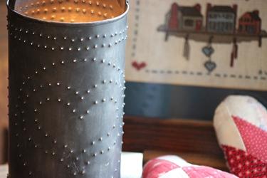 カントリーシェルフの刺繍フレームとブリキのランプ_f0161543_12372154.jpg