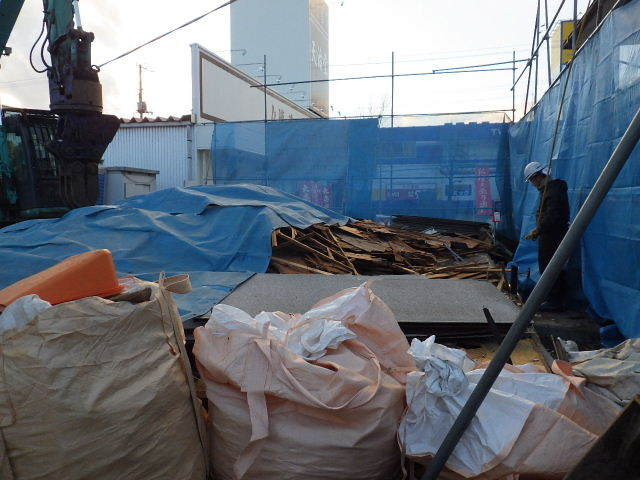 西仙北の家 解体工事と大工の墨付けが進行中。_f0105112_04100047.jpg