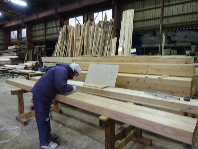 西仙北の家 解体工事と大工の墨付けが進行中。_f0105112_04223661.jpg