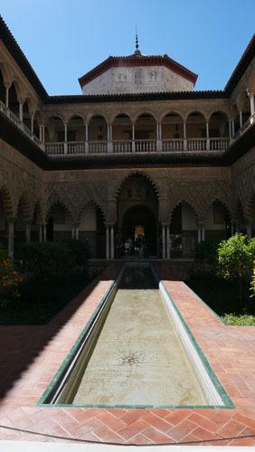 スペインのイスラム建築2ー形式の中の豊かな庭園_a0166284_17280054.jpg