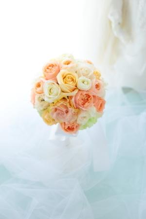 ラウンドブーケ 如水会館の花嫁様へ 最高の1日に アプリコットオレンジの、透明感のあるバラで_a0042928_11145233.jpg