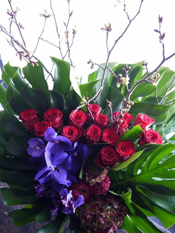 Alexandrosさんのライブに楽屋花のアレンジメント。「赤~紫系」。2019/03/30。_b0171193_18272672.jpg