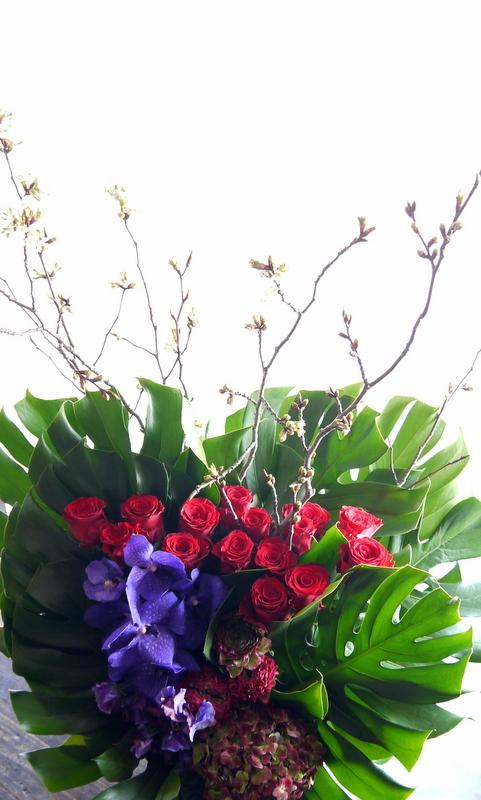 Alexandrosさんのライブに楽屋花のアレンジメント。「赤~紫系」。2019/03/30。_b0171193_18272972.jpg
