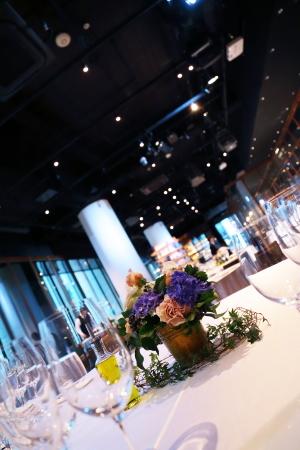 春の装花 XEX 日本橋様へ 青と紅茶の卓上装花と大きなサプライズ花束と_a0042928_20245085.jpg