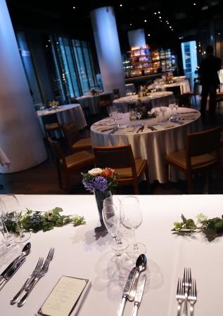 春の装花 XEX 日本橋様へ 青と紅茶の卓上装花と大きなサプライズ花束と_a0042928_20245963.jpg