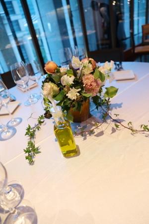春の装花 XEX 日本橋様へ 青と紅茶の卓上装花と大きなサプライズ花束と_a0042928_20250318.jpg