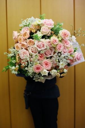 春の装花 XEX 日本橋様へ 青と紅茶の卓上装花と大きなサプライズ花束と_a0042928_20253936.jpg