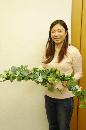 春の装花 XEX 日本橋様へ 青と紅茶の卓上装花と大きなサプライズ花束と_a0042928_20324307.jpg