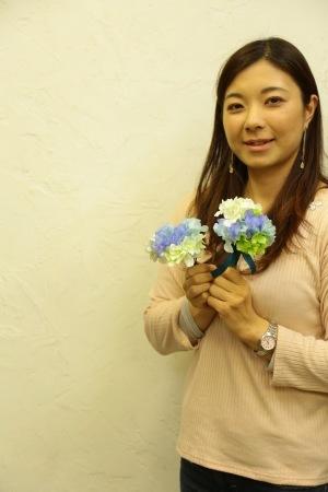 春の装花 XEX 日本橋様へ 青と紅茶の卓上装花と大きなサプライズ花束と_a0042928_20335012.jpg