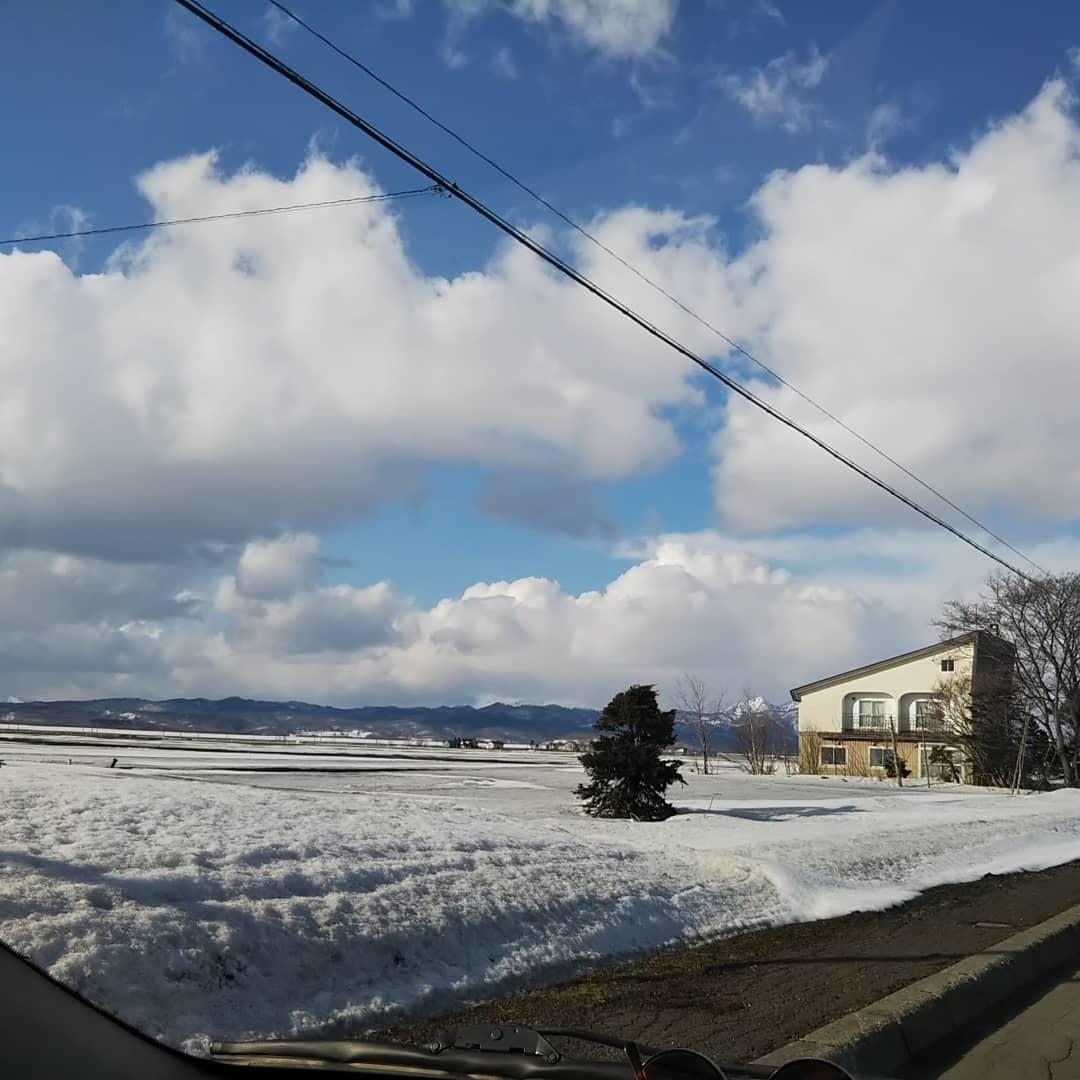 青空と残雪、刺繍の準備_f0316507_18514729.jpg
