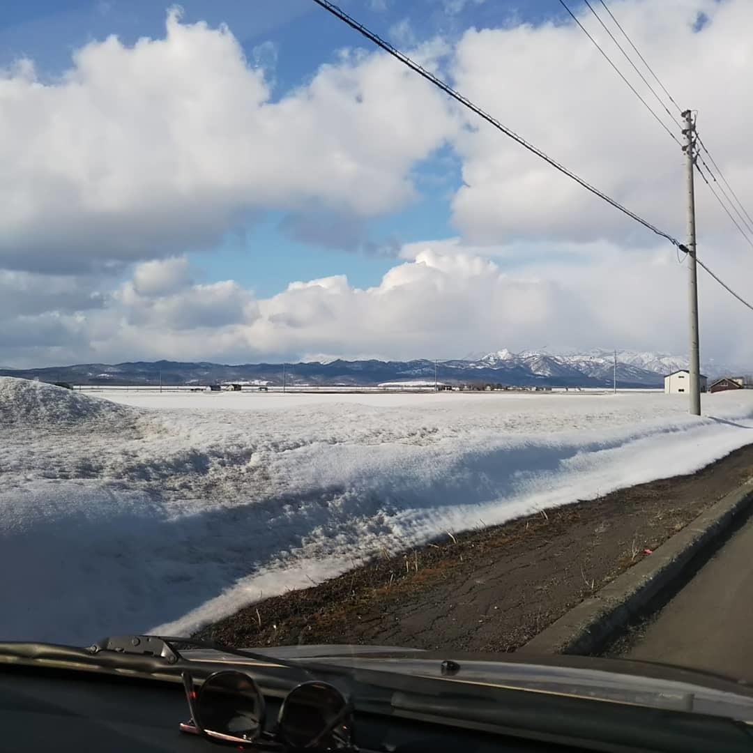 青空と残雪、刺繍の準備_f0316507_18515614.jpg
