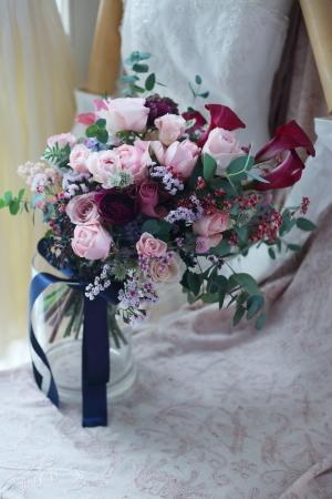 大き目クラッチブーケ 赤いカラーとくすみピンクのバラで、アニヴェルセルみなとみらいの花嫁様へ_a0042928_20401449.jpg