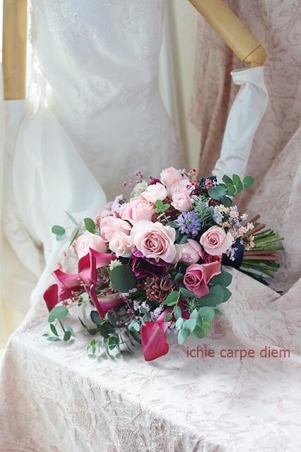 大き目クラッチブーケ 赤いカラーとくすみピンクのバラで、アニヴェルセルみなとみらいの花嫁様へ_a0042928_20401798.jpg