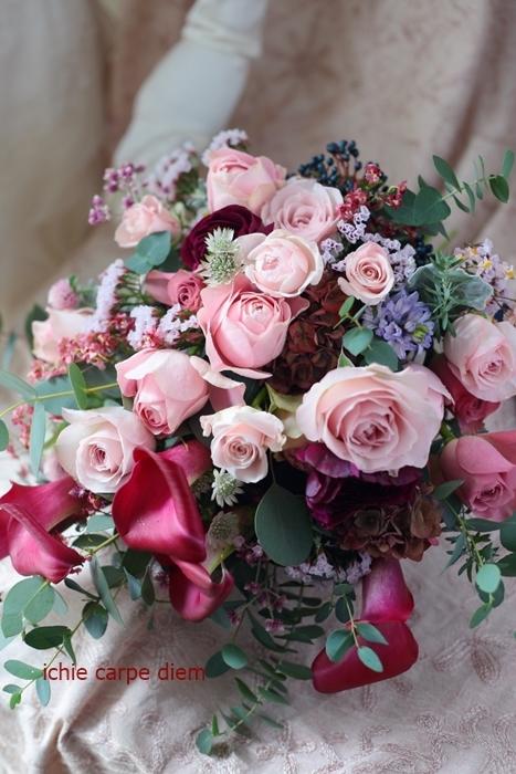 大き目クラッチブーケ 赤いカラーとくすみピンクのバラで、アニヴェルセルみなとみらいの花嫁様へ_a0042928_20403542.jpg