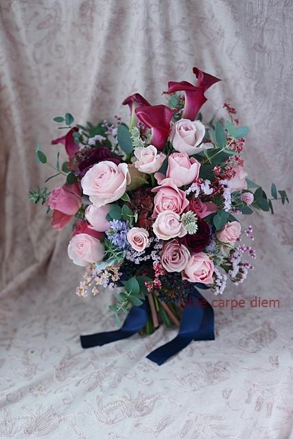 大き目クラッチブーケ 赤いカラーとくすみピンクのバラで、アニヴェルセルみなとみらいの花嫁様へ_a0042928_20403905.jpg