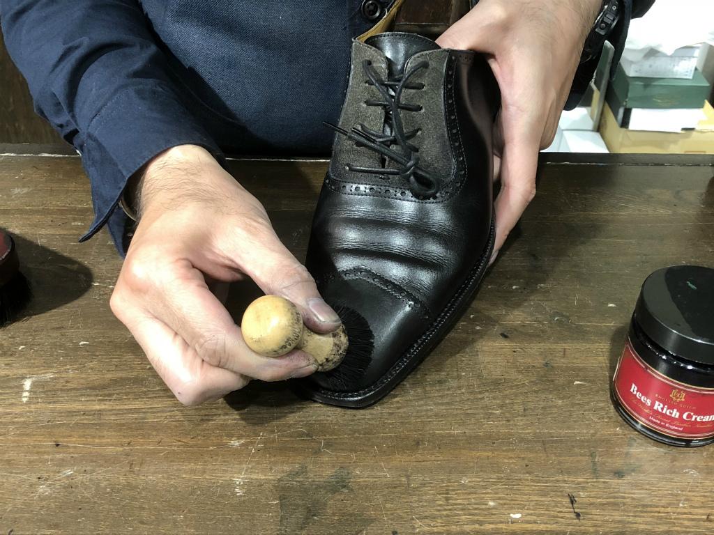 コラム-ハイシャインはもう古い?~靴の磨きの新定番ハンドポリッシュのお話』_b0365069_19043792.jpg
