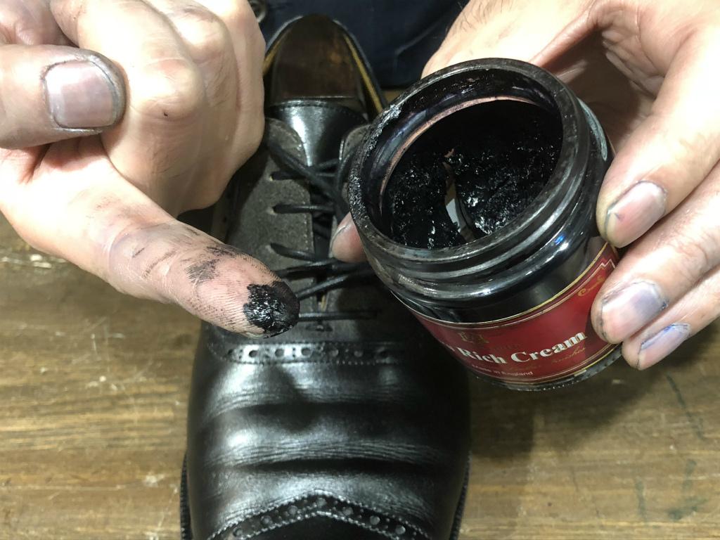 コラム-ハイシャインはもう古い?~靴の磨きの新定番ハンドポリッシュのお話』_b0365069_19053194.jpg