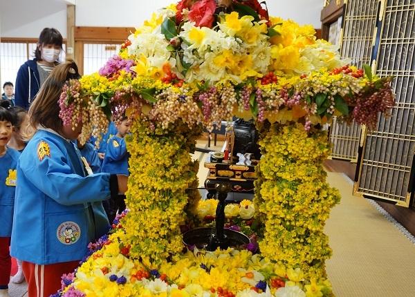 お釈迦様の花祭り_e0365880_19580248.jpg