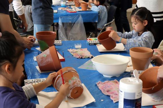 やと子ども美術教室 ~ 植木鉢に描く ~_e0222340_14231296.jpg
