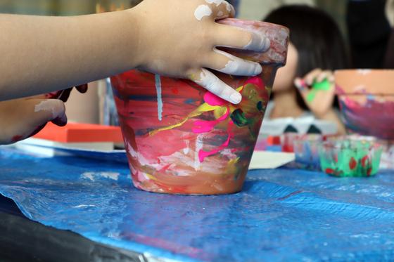 やと子ども美術教室 ~ 植木鉢に描く ~_e0222340_14262775.jpg
