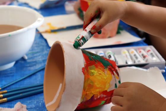 やと子ども美術教室 ~ 植木鉢に描く ~_e0222340_1427695.jpg