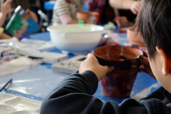やと子ども美術教室 ~ 植木鉢に描く ~_e0222340_1428734.jpg