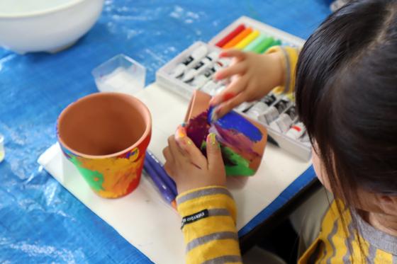 やと子ども美術教室 ~ 植木鉢に描く ~_e0222340_14292277.jpg