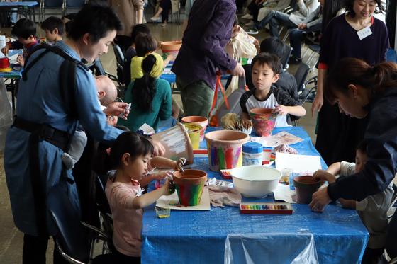 やと子ども美術教室 ~ 植木鉢に描く ~_e0222340_14295453.jpg