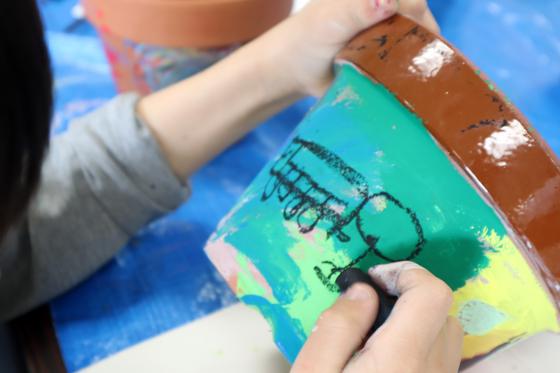 やと子ども美術教室 ~ 植木鉢に描く ~_e0222340_1436387.jpg