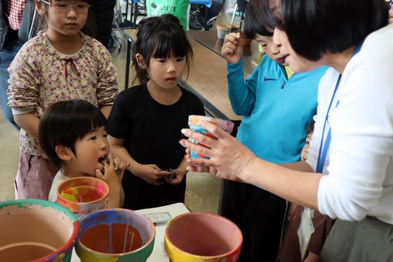 やと子ども美術教室 ~ 植木鉢に描く ~_e0222340_1440216.jpg