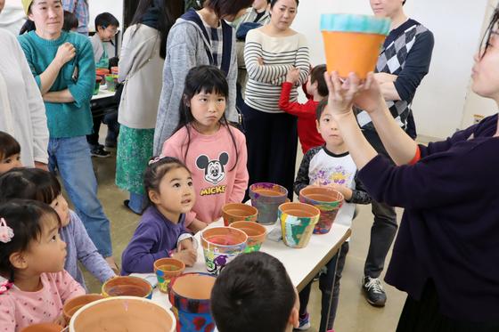 やと子ども美術教室 ~ 植木鉢に描く ~_e0222340_1440490.jpg