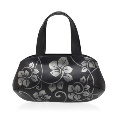 身につける漆 蒔絵のハンドバッグ チューリップ ハンドバッグ ぶどう唐草 銀色粉 坂本これくしょんのお洒落にかつスタイリッシュに携帯できる螺鈿入り蒔絵の牛革ハンドバッグ SAKAMOTO COLLECTION wearable MAKIE handbags Tulip bag Botanical Pattern Silver powder ぶどうの蔓の動きを表現した蒔絵の高級感あふれる牛革バッグは小ぶりサイズながら見た目以上の収納力、柔らかな牛革を使用し使い込むほどに味わいが出るのも魅力、機能的にデザインされエレガントにお持ちいただけます #バッグ #牛革バッグ #ハンドバッグ #唐草バッグ #ぶどう唐草 #唐草蒔絵 #螺鈿蒔絵 #植物模様 #アラベスク #Bags #HandBags #LeatherBags #MakieBags #Arabesque #Botanical #使いやいバッグ
