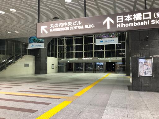 1日平均乗車人員45万2549人の駅の、日曜終電近く風景。_d0057843_18584149.jpg