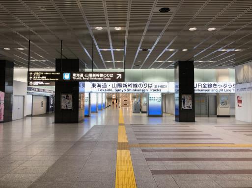 1日平均乗車人員45万2549人の駅の、日曜終電近く風景。_d0057843_18585320.jpg