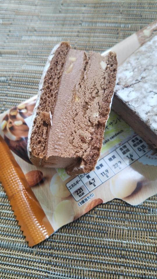 セブンプレミアム チョコナッツケーキサンド_f0076001_22304538.jpg