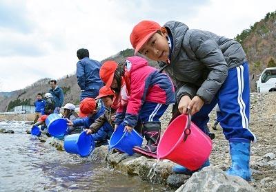 鮭稚魚放流会とシイタケ植菌体験なのだ!_c0259934_09465688.jpg