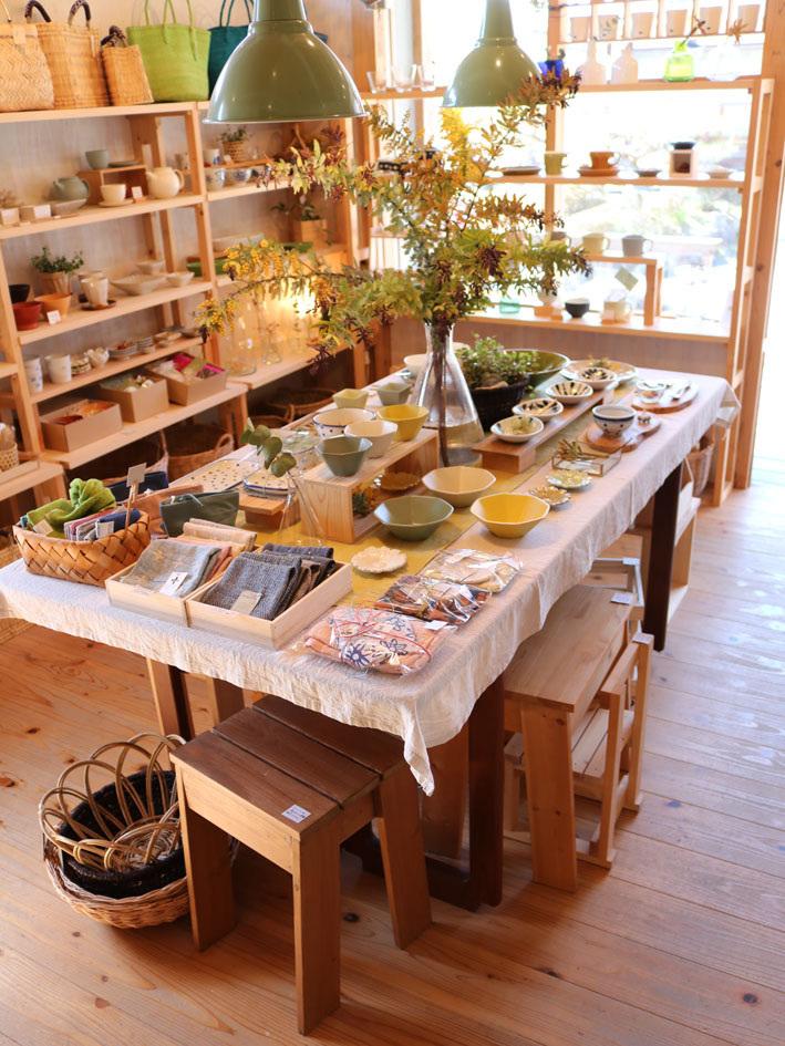 赤葉アカシアのあるテーブル 〜四月半ばの店内〜_c0334574_20304105.jpg