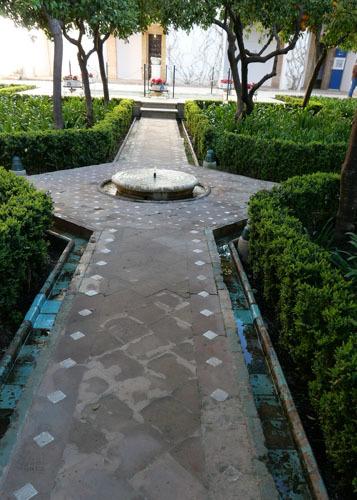 スペインのイスラム建築2ー形式の中の豊かな庭園_a0166284_13444578.jpg
