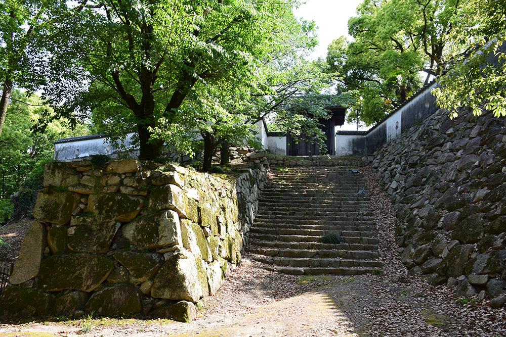 漆黒の烏城、備前岡山城を歩く。 その2「本丸下の段」_e0158128_21161205.jpg