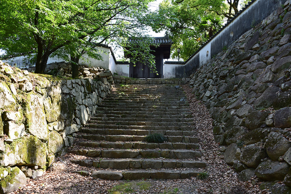 漆黒の烏城、備前岡山城を歩く。 その2「本丸下の段」_e0158128_21181084.jpg